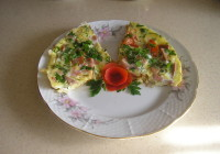 яичница с колбасой и помидорами