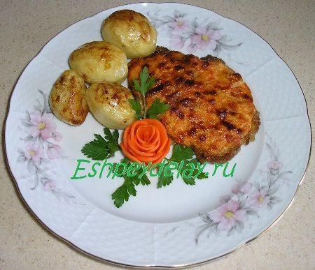 Отбивные из свининыс луком и морковью в духовке в