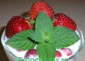 Сливочный десерт с клубникой