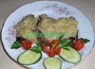 Стейки из говяжьей печени с луковым соусом