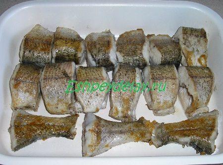 Кусочки рыбы в противне
