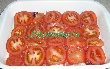Прикрытая помидорами горбуша