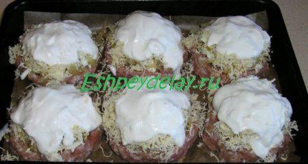 Капустные стожки посыпанные сыром и обмазанные сметаной