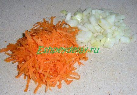 Порезанный лук и потертая морковь