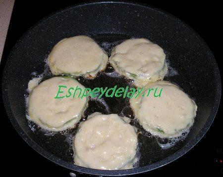 Кружочки кабачка на сковороде
