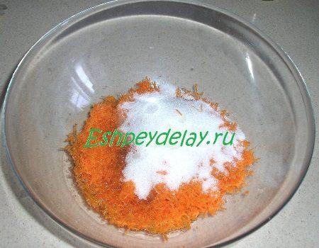 Потертая морковь с сахаром