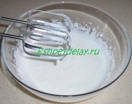 взбитые яйцо с сахаром и сметаной