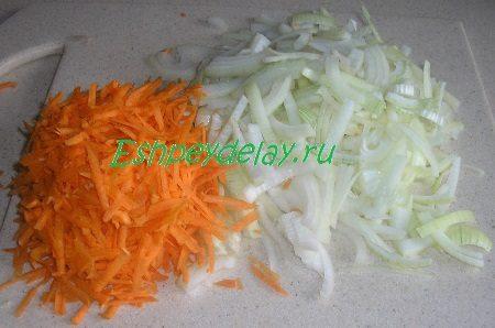 Порезанный лук, потёртая морковь
