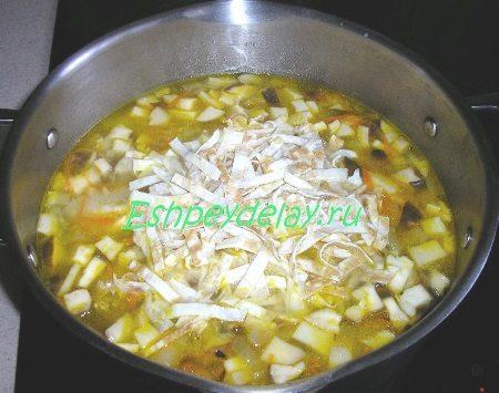 Добавляем в суп лапшу