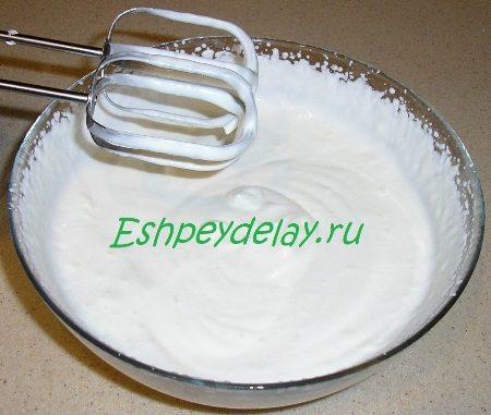Взбитая с сахаром сметана
