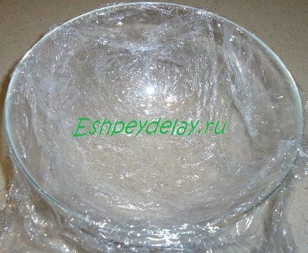 Застеленная плёнкой миска