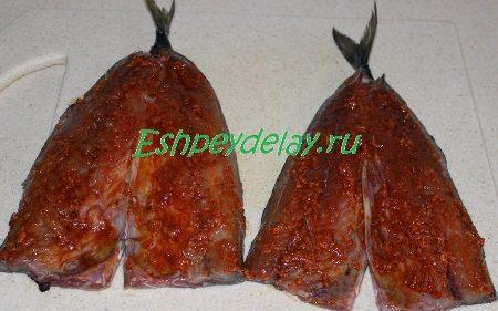 обмазанная маринадом рыба