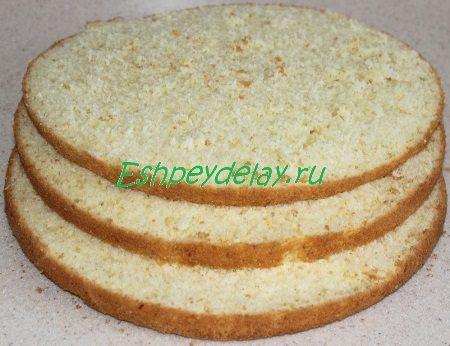 Разрезанный на коржи бисквит