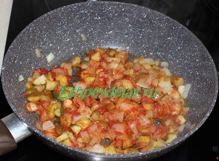 Огурцы с луком и томатной пастой