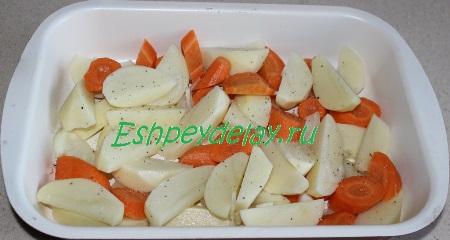 Овощи сложим в форму