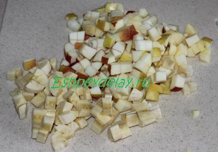Порезанные яблоки и банан