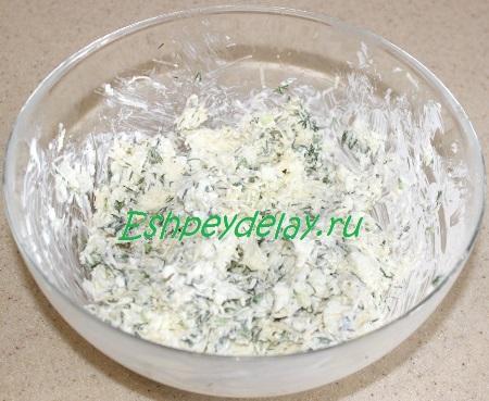 Перемешиваем сырную начинку
