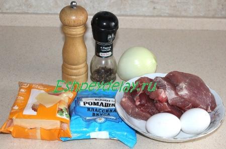 Рецепт свинины на луковой подушке под яично-сырной шубкой