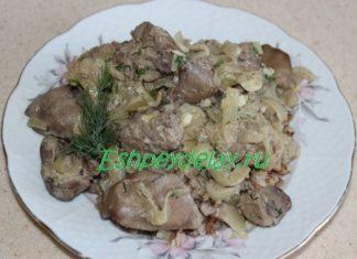 Куриная печень с луком в сметанном соусе